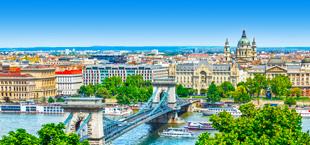 Gebouwen en een brug in Budapest