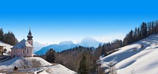 Bergen in duitsland met veel sneeuw en een klein kasteel
