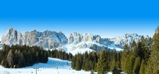 Grote bergen met sneeuw Italië