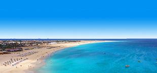 Helderblauwe zee met strand in Kaapverdië