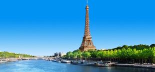 De Eiffeltoren in Parijs met de Seine ervoor