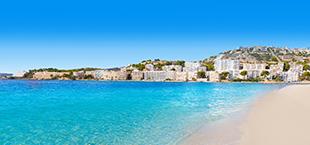 Blauwe zee met strand
