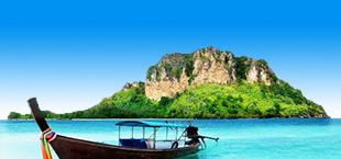 Boot in helderblauwe zee