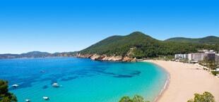 Strand met blauwe zee in Spanje