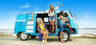 3 jongeren in een volkswagen busje