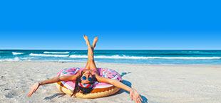 Vrouw op het strand in een zwemband