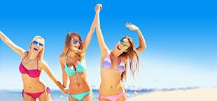 3 meiden in bikini's op het strand