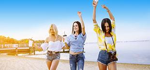 3 meiden op het strand met drankjes