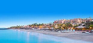 Blauwe zee met mooi strand en stad