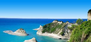 Prachtige rotsen in het heldere zeewater op Corfu