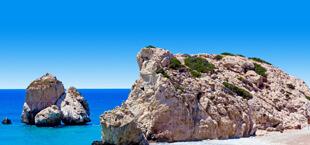 Rots en helderblauwe zee