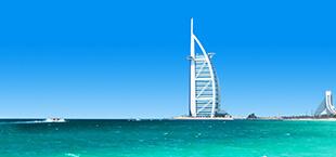 Zee in Dubai met gebouw