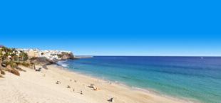 Blauwe zee met zandstrand op Fuerteventura