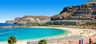 Baai en strand met blauwe zee Gran Canaria