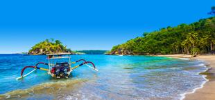 Blauwe zee met bootje in Indonesië