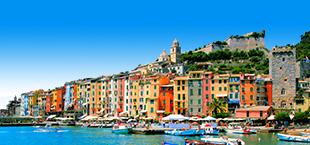 Gekleurde Italiaanse huisjes bij de zee