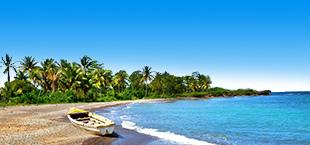 Strand met bootje en tropisch regenwoud op de achtergrond