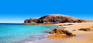 Zee, strand en rotsen op Lanzarote