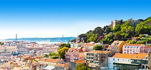 Huizen in Lissabon met bergen en zee Portugal