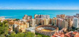 Uitzicht op het stadion van Malaga met hoge gebouwen voor de zee