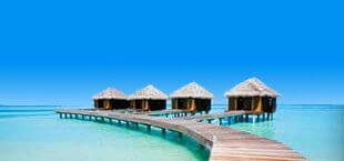 Waterbungalows aan een houten steiger in de zee op de Malediven
