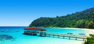 Steiger aan het strand met helderblauwe zee in Maleisië