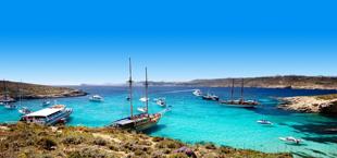 Blauwe baai met boten