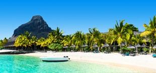 Tropisch strand met wit zand en helder zeewater in Mauritius