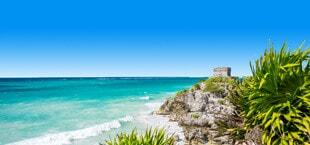 Kustlijn en rotsen met bomen en zee Mexico