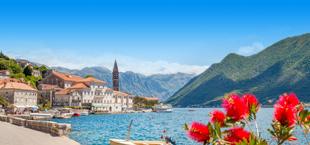Prachtig uitzicht over een meer met witte huizen en bergen in Montenegro