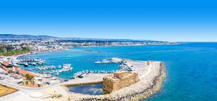 Uitzicht op de helderblauwe zee bij Paphos Cyprus