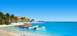 Vissersboten op het strand bij Playa del Carmen in Mexico