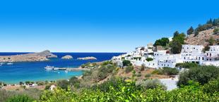 Uitzicht op zee van Rhodos met witte huisjes