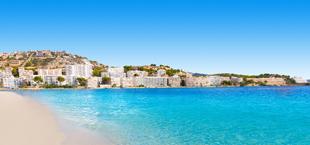 Blauwe zee en strand in de paasvakantie