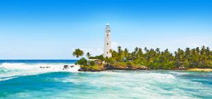 Zee met golven en vuurtoren in Sri Lanka