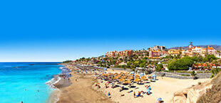 Strand met bedjes en blauwe zee