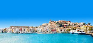Zee bij Ibiza met stad op de achtergrond