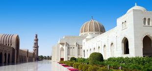 Witte moskee bij helderblauwe lucht in Oman