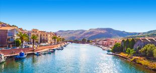 Mooi uitzicht op een rivier met bergen op de achtergrond op Sardinië