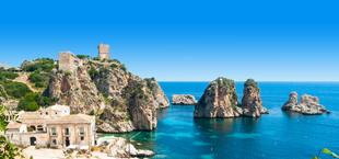 Uitzicht op de rotsachtige kustlijn aan de blauwe zee van Sicilië