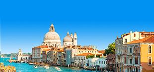 Centrum van Venetië met het kanaal op de voorgrond met gondels
