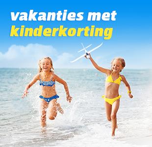 Kind met zonnebril in het zand met de zee