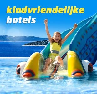 Kindje in oranje zwemband in het zwembad