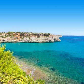 Turquoise zee met een klif op de achtergrond Calas de Mallorca