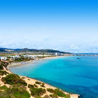 Baai met blauwe zee en strand Playa den Bossa