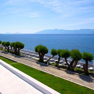 Uitzicht op het strand en bomen in Agios Fokas, Kos