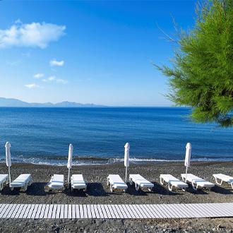 Ligbedden aan zee van Agios Fokas, Griekenland