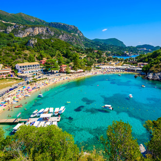 Agios Spiridon Beach met helderblauw water op Corfu, Griekenland