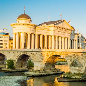 Archeologisch museum van Macedonie en de stone Bridge, Skopje