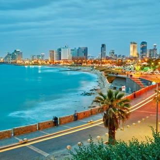 Avond in Tel Aviv met de kustlijn en verlichte skyline